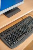 Foto del ordenador en la sala de clase o la otra institución educativa fotos de archivo libres de regalías