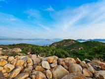 Foto del paisaje de la orilla del r?o con las monta?as y el cielo azul imágenes de archivo libres de regalías