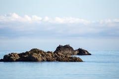 Foto del paisaje de la playa, del mar y de las rocas imagenes de archivo