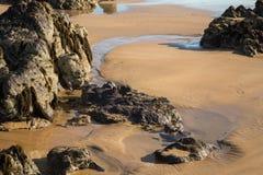 Foto del paisaje de la playa, del mar y de las rocas fotografía de archivo libre de regalías
