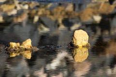 Foto del paisaje de la playa, del mar y de las rocas fotos de archivo