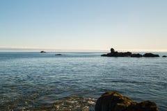 Foto del paisaje de la playa, del mar y de las rocas imagen de archivo