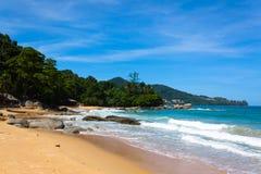 Foto del paisaje de la playa tranquila de la isla Foto de archivo