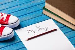 Foto del papel mi historia, gumshoes y pila de libros en el wonde Fotografía de archivo libre de regalías