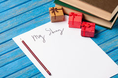Foto del papel mi historia, regalos lindos y pila de libros en ganado Fotografía de archivo