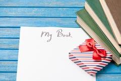 Foto del papel mi libro, pila de libros y regalo lindo en el wonde Foto de archivo libre de regalías