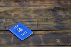 Foto del passaporto straniero ucraino, trovantesi su una superficie di legno scura Il concetto di introdurre viaggio senza visto  fotografie stock libere da diritti