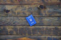 Foto del passaporto straniero ucraino, trovantesi su una superficie di legno scura Il concetto di introdurre viaggio senza visto  immagini stock