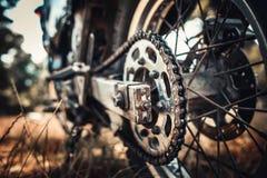 Foto del primer de la bici vieja del motor al aire libre Fotografía de archivo