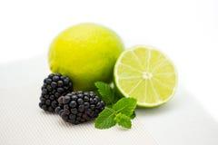 Foto del primer de la combinación de la fruta de zarzamoras y de cal imagen de archivo libre de regalías