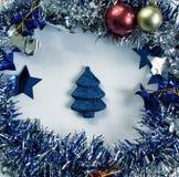 Foto del primer de la decoración de la Navidad del vintage Juguete del árbol de abeto de la Navidad en guirnalda mullida del foll Fotos de archivo libres de regalías