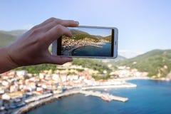 Foto del primer de la mano del ` s del hombre que toma la foto del viaje por smartphone moderno Fotos de archivo