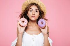 Foto del primer de la morenita joven hermosa confusa en sombrero de paja Fotografía de archivo libre de regalías