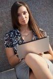 Foto del primer de la mujer con la computadora portátil Fotos de archivo libres de regalías