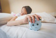 Foto del primer de la mujer que apaga el despertador Imagen de archivo libre de regalías