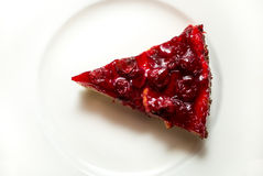 Foto del primer de la rebanada deliciosa del pastel de queso de la cereza en el plato blanco Foto de archivo libre de regalías