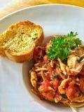 Foto del primer de la salsa y de la albahaca de tomate de los espaguetis Fotos de archivo libres de regalías