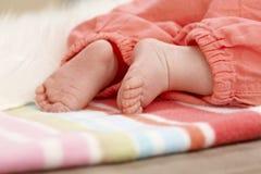 Foto del primer de los pies del bebé Fotos de archivo libres de regalías