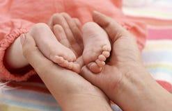 Foto del primer de los pies desnudos del bebé Fotos de archivo libres de regalías