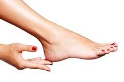 Foto del primer de pies femeninos con pedicura roja hermosa Imágenes de archivo libres de regalías