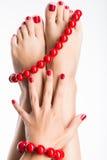 Foto del primer de pies femeninos con pedicura roja hermosa Foto de archivo