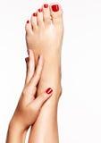 Foto del primer de pies femeninos con pedicura roja hermosa Imagen de archivo