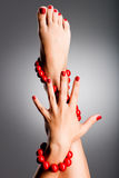 Foto del primer de pies femeninos hermosos con pedicura roja Fotos de archivo