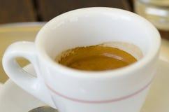 Foto del primer de una taza de café del café express que se coloca en una tabla Imagen de archivo