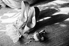 Foto del primer de zapatos nupciales, de la liga atada, del boutonniere y del ea Imagenes de archivo