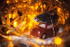 Foto del primer del juguete de cristal de la Navidad con los coches y el árbol amarillo Imagen de archivo libre de regalías