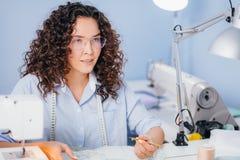 Foto del primer del proceso de coser gotas prepare el bordado Foto de archivo