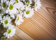 Foto del primo piano dei fiori bianchi nell'angolo in alto a sinistra sui precedenti di legno fotografie stock