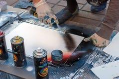 Foto del primo piano del atrist della via, dipingenti su un parco della via Arte in una grande città Kiev, Ucraina Foto editorial Fotografie Stock
