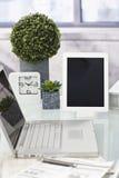 Foto del primo piano del desktop ordinato fotografia stock libera da diritti