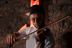Foto del primo piano dell'uomo che gioca violino elettrico Fotografia Stock