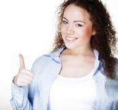 Foto del primo piano della giovane donna divertente che mostra gesto GIUSTO, fotografie stock libere da diritti