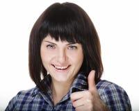Foto del primo piano della giovane donna divertente che mostra gesto GIUSTO, esaminante macchina fotografica fotografie stock