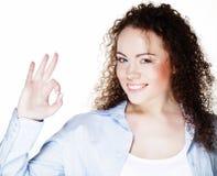 Foto del primo piano della giovane donna divertente che mostra gesto GIUSTO, esaminante macchina fotografica fotografia stock