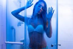 Foto del primo piano della giovane donna sexy che prende un bikini d'uso della doccia in bagno fotografia stock libera da diritti