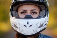 Foto del primo piano della ragazza in casco con il fondo della foresta fotografia stock
