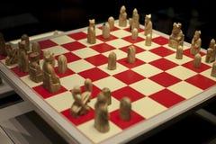 Foto del primo piano della scacchiera Profondità di campo bassa per i pezzi degli scacchi di legno d'annata di vista naturale fotografia stock