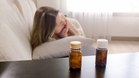 Foto del primo piano delle bottiglie con le pillole sul comodino Immagini Stock Libere da Diritti