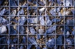 Foto del primo piano delle pietre nella griglia fotografie stock