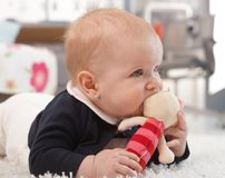 Foto del primo piano di gioco della neonata Immagini Stock Libere da Diritti