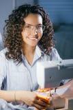 Foto del primo piano di giovane femmina che fa indumento splendido sulla macchina di cucitura fotografia stock libera da diritti