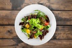Foto del primo piano di insalata fresca con le verdure dentro Immagine Stock Libera da Diritti