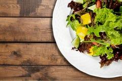 Foto del primo piano di insalata fresca con le verdure dentro Fotografie Stock Libere da Diritti