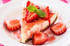 Foto del primo piano di torta di formaggio fresca con il dessert delle fragole Fotografia Stock