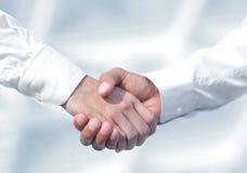 Foto del primo piano di una stretta di mano di due riusciti uomini d'affari Fotografia Stock Libera da Diritti