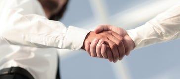 Foto del primo piano di una stretta di mano di due riusciti uomini d'affari Fotografia Stock
